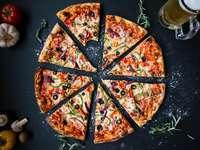 Italienische Pizza mit schwarzen Oliven