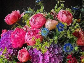 Blumen auf dem Tisch - Ein schöner Strauß Pfingstrosen in einer Vase