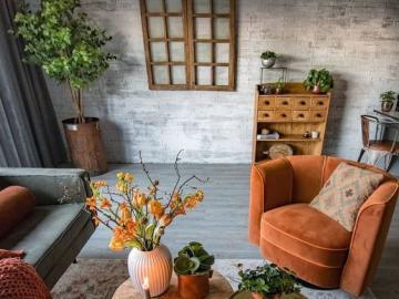 Urządzony salon - Aranżacja salonu. Akcentem pomarańczowy fotel