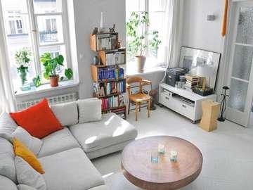 Porządek w salonie - duży, jasny salon z kanapą