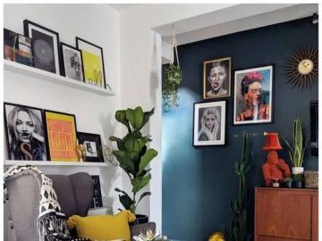 Pokój dzienny z morską ścianą - Wystrój pokoju dziennego, intensywne kolory