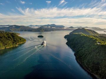 krajobraz przyrody z jeziorem - test krajobrazu przyrodniczego z jeziorem w letnim wszechświecie leśnym