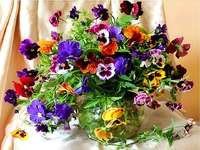 Pansy bouquet. - Puzzle: a bouquet of pansies.
