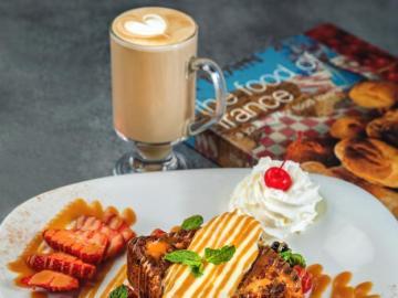Süßes Frühstück - Karottenkuchen und Kaffee
