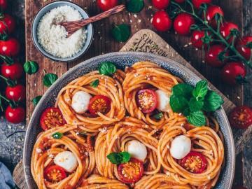 Pasta mit Tomaten - Tomatennudeln mit Mozzarella