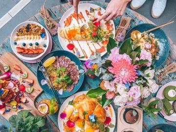 Geschirr auf dem Tisch - Ein Tisch voller Geschirr, leckeres Essen