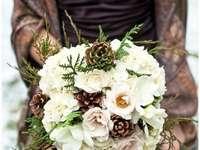 Bílá kytice s kužely
