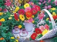 Thee tussen bloemen.