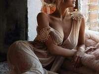 kvinna vid fönstret - kvinna i fönstret - fotografering
