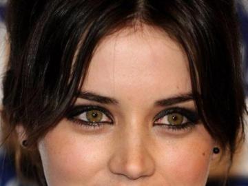 brunette - brunette souriante