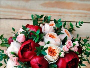 Pfingstrosenstrauß - Weiße und rote Pfingstrosen in einem Blumenstrauß