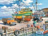 Într-un port de pescuit.