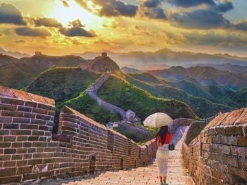 Muro cinese - Una donna che cammina lungo il muro cinese