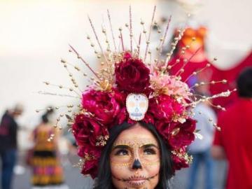 Kwiatowa biżuteria - Wianek z kwiatów na głowie pięknej kobiety
