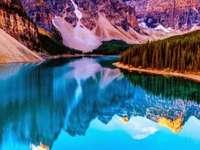 Jezioro Moraine w Kanadzie - Krajobraz z Kanady, jezioro Moraine. Jezioro Moraine jest zasilane lodowcowo jezioro w Parku Narodow