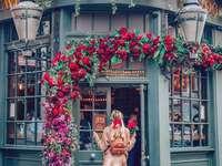 Kobieta pośród kwiatów - Kwiatowe inspiracje, puzzle kwiaty
