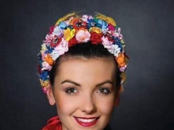 en costume national - fille en robe régionale