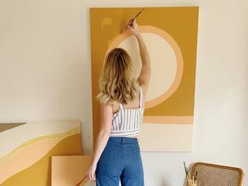 Arte emergente - Donna che dipinge un'immagine