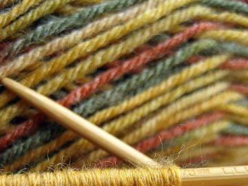 Fäden aus farbigen Drähten - Fädelt bunte Drahtstricknadeln