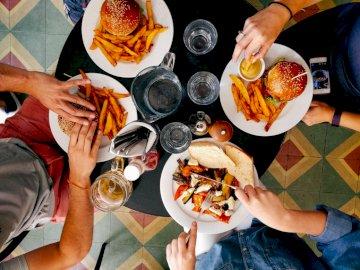 Obiad w restauracji - Grupa ludzi na obiedzie