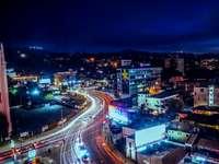Najlepszy czas w Los Angeles - Smugi światła z samochodów poruszających się nocą po autostradzie. Dżakarta, Indonezja