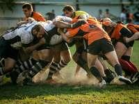 Equipe de rugby em Moscou - Homens jogando futebol. Moscou