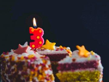 3er pastel de cumpleaños - Pastel cubierto de hielo multicolor con 3 velas recortadas. Parque Nacional New Forest, Reino Unido