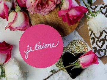 Je t'aime // Happy - Všechno nejlepší k narozeninám kulaté růžové a bílé květinové výzdoby. Camarillo, Kalif