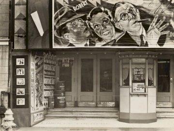 Cine en Saint Charles - Fotografía en escala de grises de escaparate. Nueva York