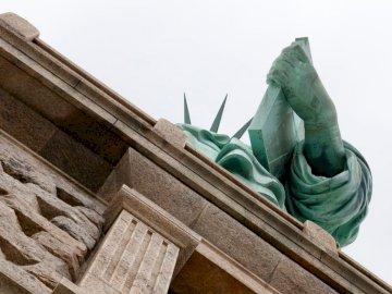 Cięcie wolności - Nisko kątowe zdjęcie Statuy Wolności.