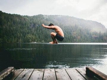 W poszukiwaniu określonego - Mężczyzna skacze na zbiorniku wodnym w ciągu dnia. Ottawa, Ontario