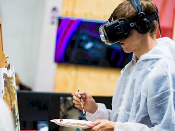 Malowanie VR @ Trailerpark I / O - Obsługuje być ubranym czarną rzeczywistości wirtualnej słuchawki podczas gdy malujący blisko b