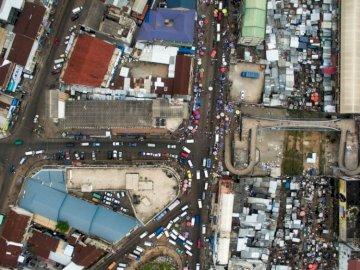 Zrobiłem to zdjęcie w niedzielę - Widok z lotu ptaka fotografii pojazdu w mieście. Obuasi, Ghana