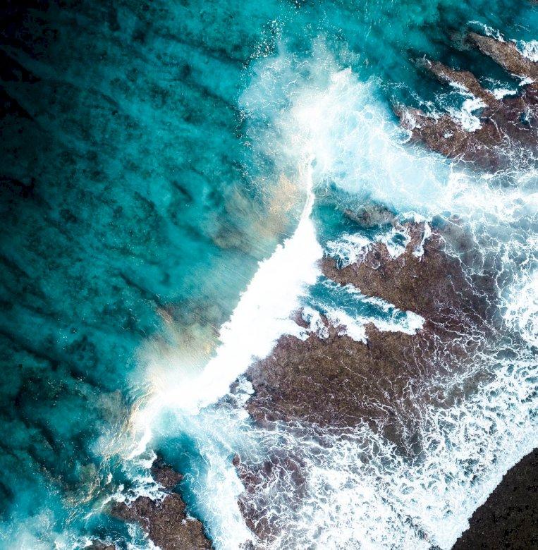 Las poderosas olas rompiendo