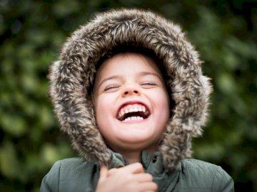 Simplement le bonheur - Photographie au point sélective d'un enfant qui rit.