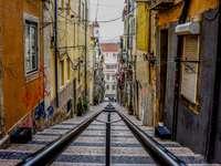 Escalera de callejón de Lisboa - Escaleras entre coloridos edificios. Budapest
