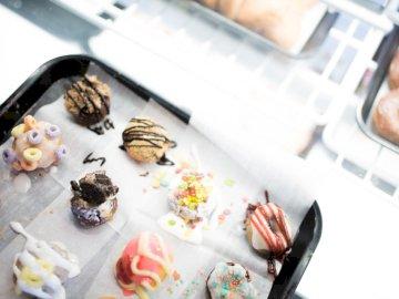 Trendy Piekarnia Foods - Różne ciasta na tacy. SAŁATA