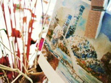 Kleine Details - Merlion Singapore Postkarte mit brauner hölzerner Wäscheklammer.