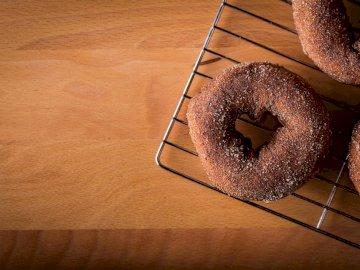 Nada habla de amor que un - Donut en soporte de acero gris. Shelton, CT, EE. UU.