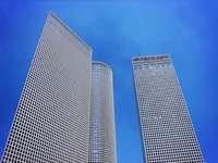 Wolkenkratzerfenster mit Himmel