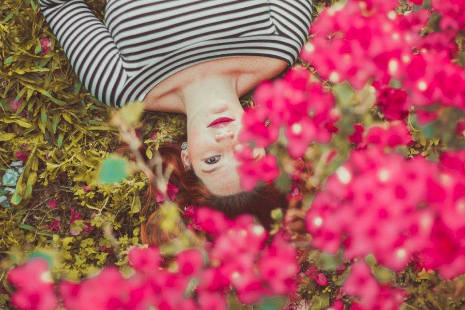 Allongé parmi les fleurs