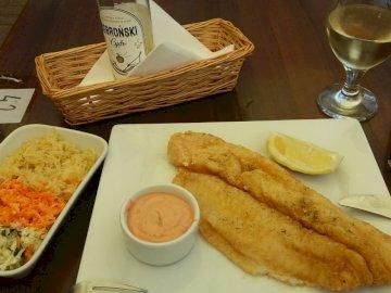 ryba z surówką - ryba z surówką na obiad
