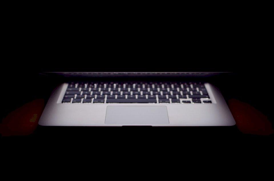 Laptop meio aberto - Abra ligeiramente o MacBook Air. Holanda (10×10)