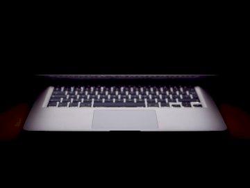 Computer portatile mezzo chiuso - MacBook Air leggermente aperto. Paesi Bassi