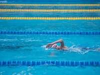 Az úszó elölről úszik - Nő úszás a medencében. Thaiföld