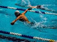 Pillangó, beszélgetéssel - Egy ember úszik egy maratonon. London, Nagy-Britannia