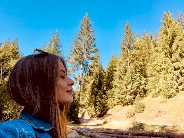 Respirare nella montagna fresca - Donna che indossa top colletto in denim blu. pristina / kosovo