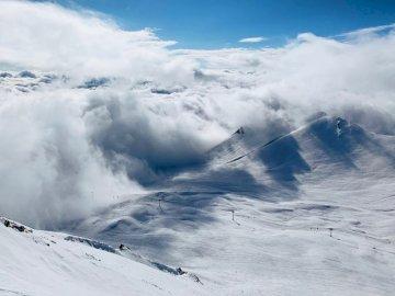 Najwyższy szczyt snowboardowy - Biała góra zakrywająca śniegiem z chmurami. Eindhoven, Holandia