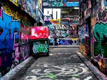 Barista bierze palenie - Pusta ścieżka między ścianami z zapaleniem graffiti.