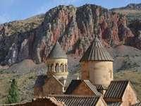 panorama - kopuły katedry św Grzegorza na tle gór Kaukazu